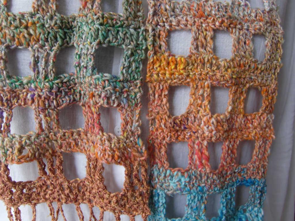 Detailansicht des Schals aus Noro Kibou #8 und Rowan Summer Tweed Mango. Foto Katrin Walter (Noromaniac)