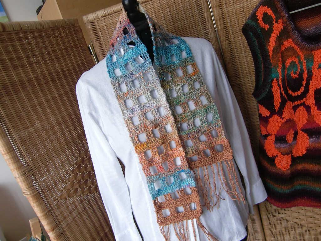 Noro Kibou #8 Schal auf weißer Bluse. Foto Katrin Walter (Noromaniac)
