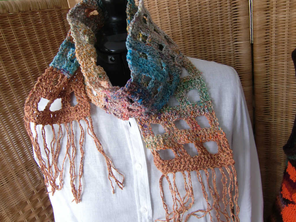 Kleine Schal aus Noro Kibou #8 einmal gewickelt. Foto Katrin Walter (Noromaniac)