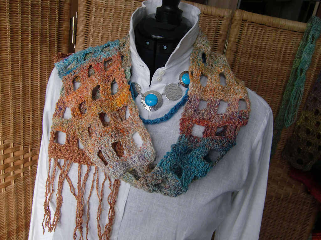 Läßig gestylt, der Schal aus Noro Kibou #8 wie ein Schmuckstück. Foto Katrin Walter (Noromaniac)