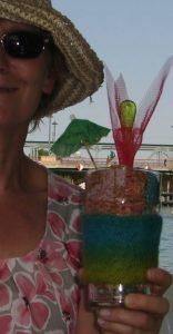 Sommerfantasie: Wie ein Rotwein-Eiscremesoda sieht der Schal aus Noro Kibou #8 im Glas aus. Foto: Katrin Walter (Noromaniac)