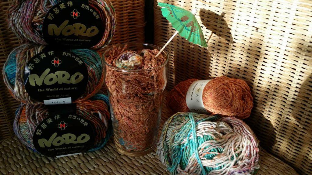 Wie Rotwein-Eiscremesoda wirkt der Schal aus Noro Kibou #8 im Glas. (Noromaniac)