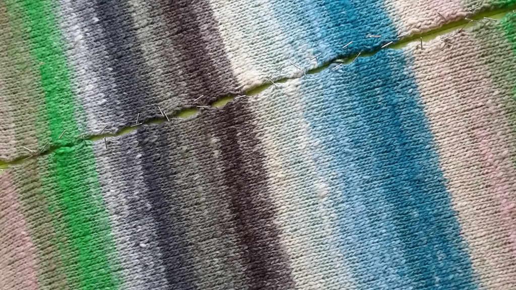 Der Farbrapport des Norogarns Kureyon 343 ist gut zu erkennen an den Strickteilen beim Spannen. Foto: Katrin Walter
