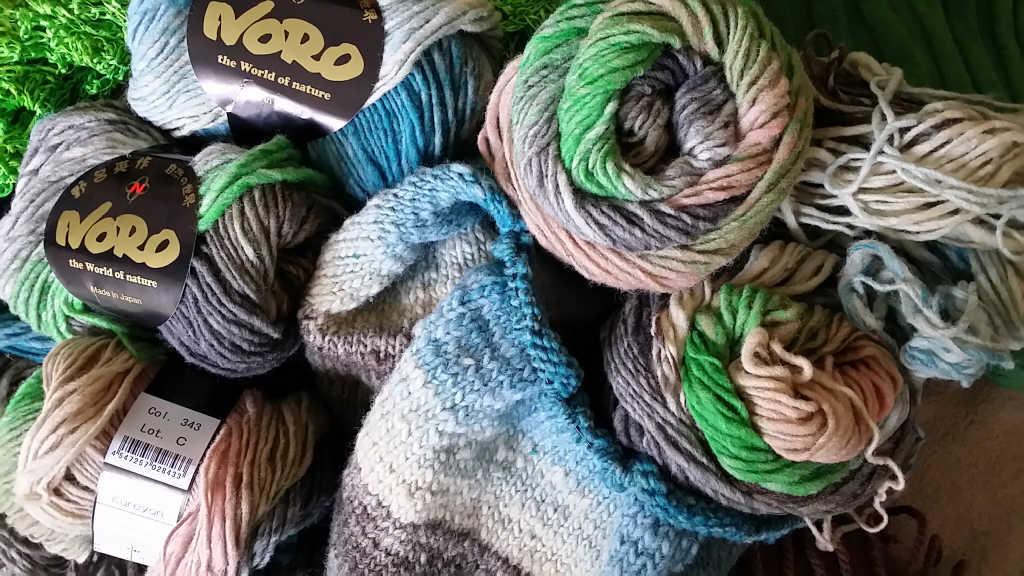 Die Wolle von Noro, die Kureyon 343 mit seinen dezenten Farben im Knäuel und bereits angestrickt. Foto: Katrin Walter