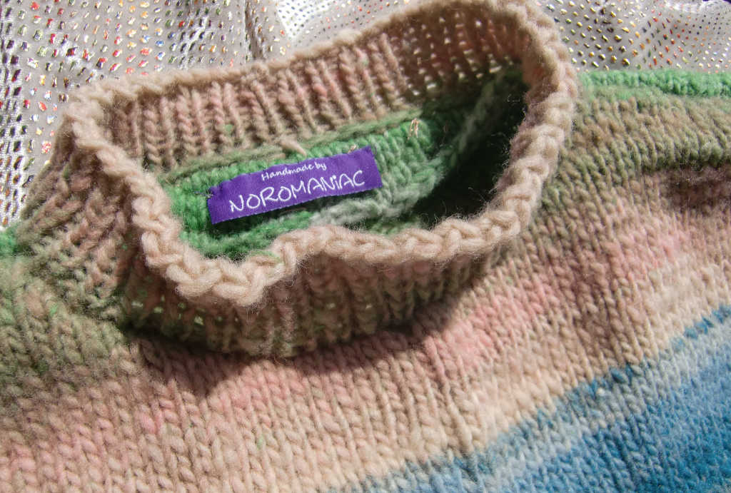 Kragenlösung am Reiwa-Pullover aus dem Garn Noro Kureyon. Foto: Katrin Walter aka Noromaniac
