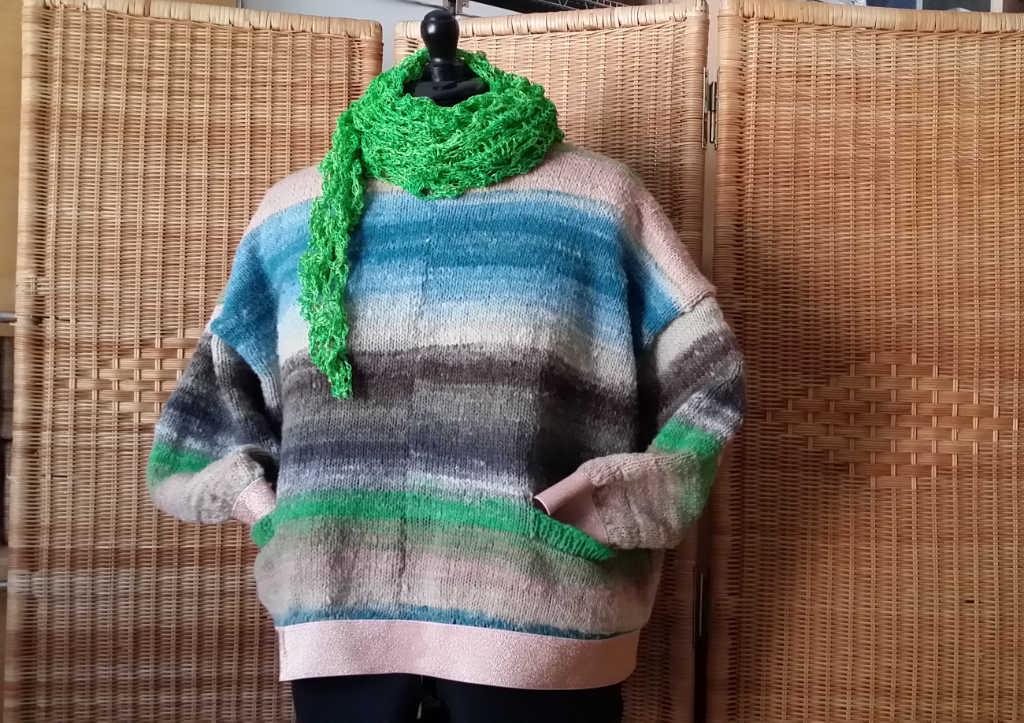 Vorderansicht des Reiwa-Pullovers aus Noro Kureyon 343 von Noromaniac mit grünem Seidentuch aus Dibadu-Funnies. Foto: Katrin Walter