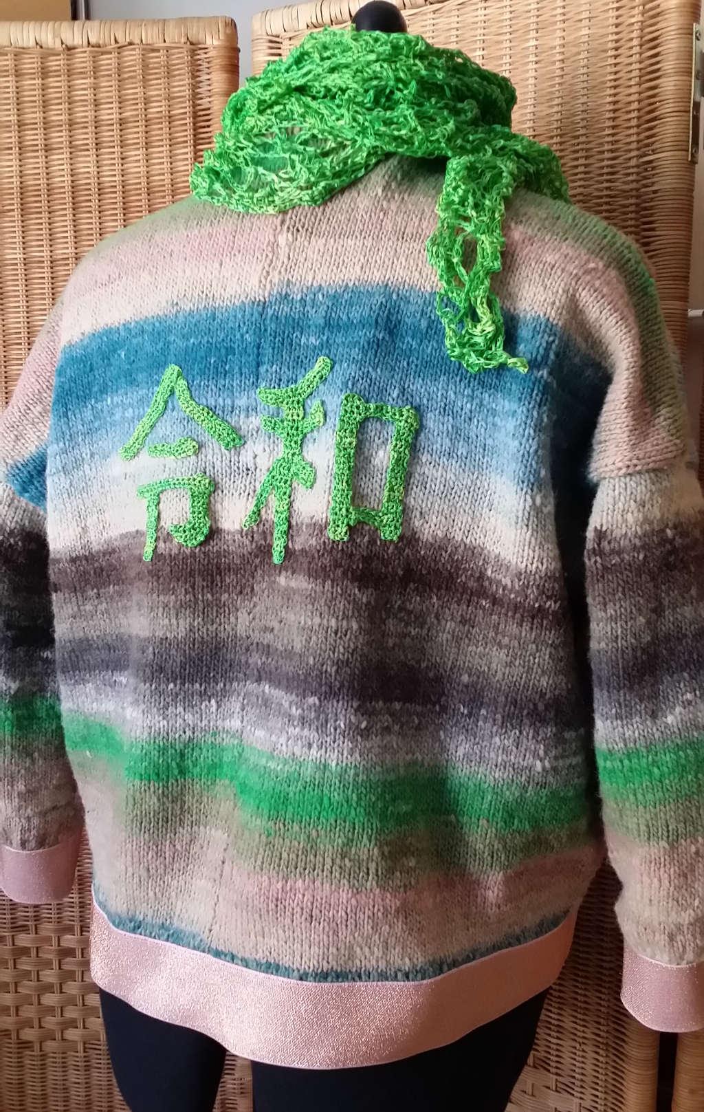 Rückansicht des Reiwa-Pullovers aus Noro Kureyon 343 von Noromaniac mit grünem Seidentuch. Foto: Katrin Walter