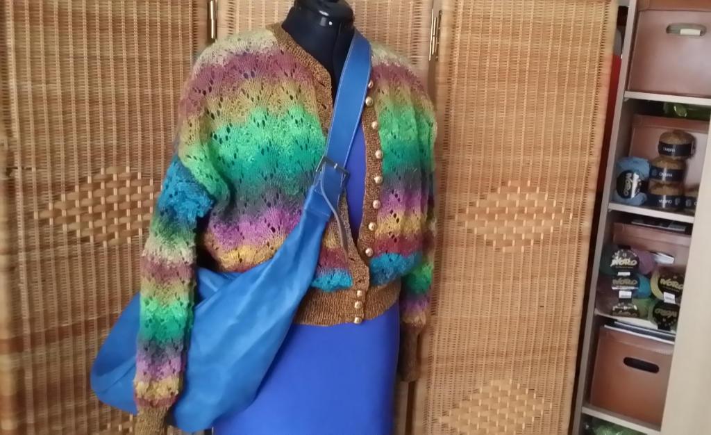 Blaue Tasche über der Clubjacke aus Noro Silk Garden Lite 2082 auf blauem Kleid. Foto: Katrin Walter - Noromaniac