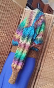 Seitenansicht der Strickjacke aus dem Garn Noro Silk Garden Lite 2082 von Noromaniac. Foto: Katrin Walter