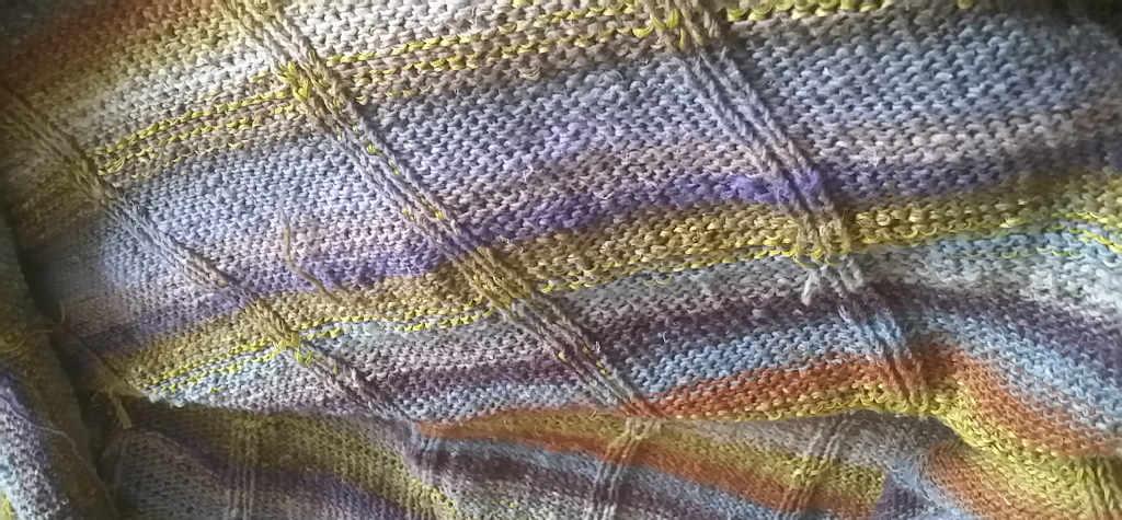 Strickkleid aus Taiyo Sock innen, man sieht deutlich die Maschenriehen für das spätere Einhäkeln der Längsstreifen. Foto: Katrin Walter – Noromaniac
