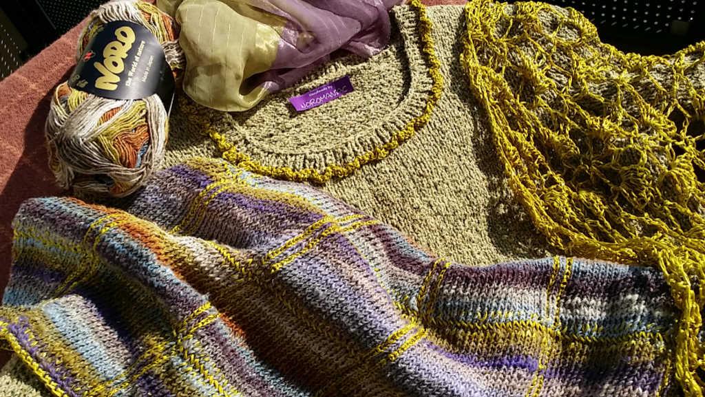 In der Sonne leuchten die Farben so richtig vom Strickkleid aus Rowan-, Dibadu- und Norogarn von Noromaniac. Foto: Katrin Walter