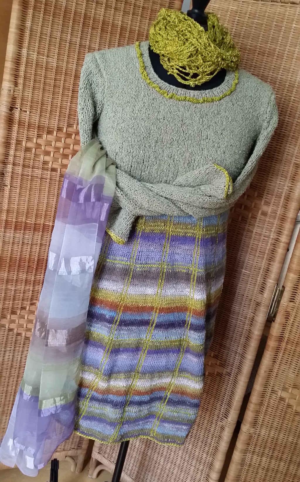 Vorderansicht Strickkleid mit Noro Taiyo Sock 37 auf der Schneiderpuppe mit Tuch. Foto: Katrin Walter – Noromaniac