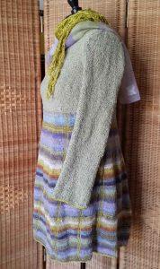 Seitenansicht Strickkleid mit Noro Taiyo Sock 37 auf der Schneiderpuppe mit Tuch. Foto: Katrin Walter – Noromaniac