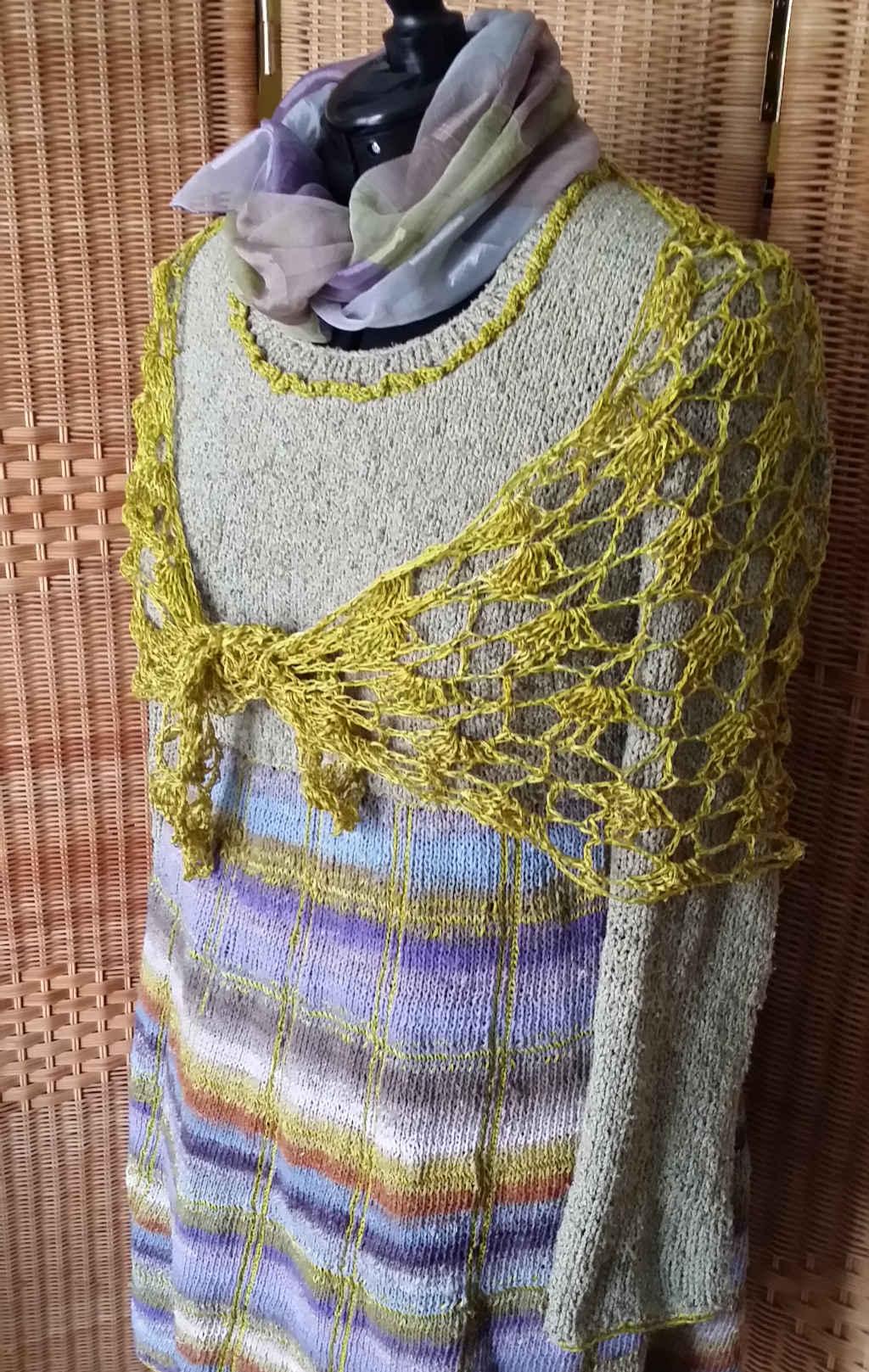 Strickkleid mit Noro Taiyo Sock 37 mit goldfarbenem Häkeltuch aus reiner Seide. Foto: Katrin Walter – Noromaniac