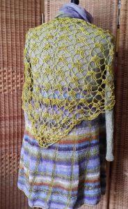 Rückansicht Strickkleid mit Noro Taiyo Sock 37 auf der Schneiderpuppe mit goldfarbenem Häkeltuch. Foto: Katrin Walter – Noromaniac