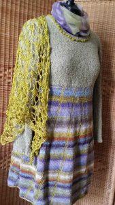 Gestricktes Kleid mit Noro Sockengarn Taiyo 37 und goldfarbenem Häkeltuch aus reiner Seide. Foto: Katrin Walter – Noromaniac