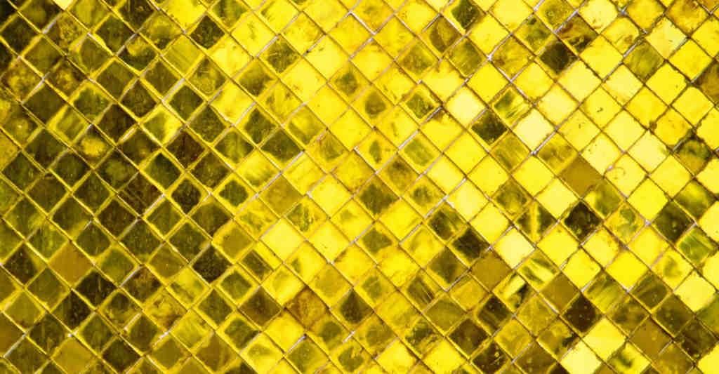 Eine goldfarben schimmernde Fläche zur Illustration des Princess of Noro Gold Check-Kleides von Noromaniac