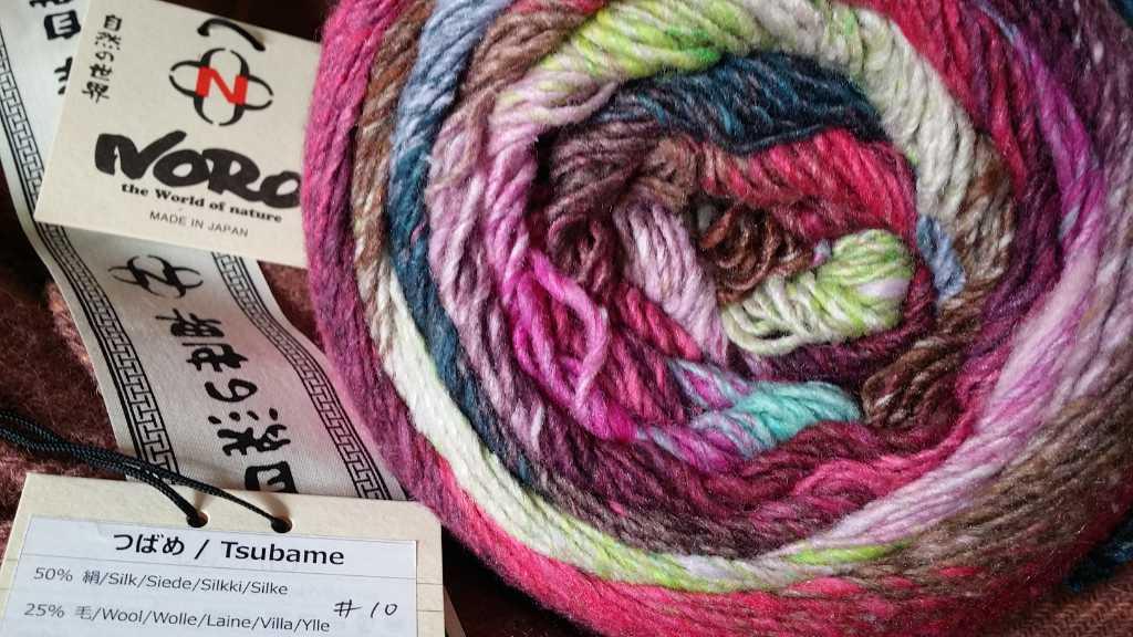 Ein Knäuel Noro Tsubame #10 Yarn mit Pink-Tönen, Türkis und Grün. Foto: Katrin Walter - Noromaniac