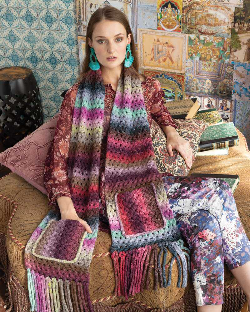 Lace Cable Scarf, Pattern-Design Alexandra Davidoff ist ein Schal mit Fransen und Taschen aus dem Noro Knitting Magazine 16 - Noromaniac