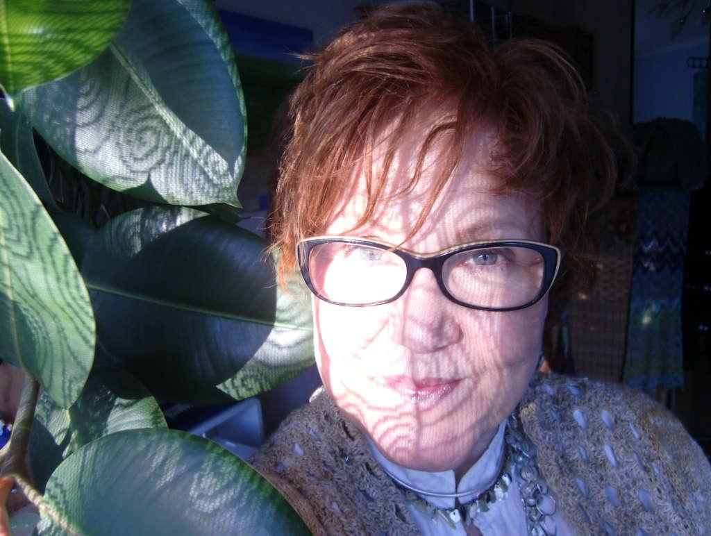Katrin Walter, alias Noromaniac (R) hier mit einem Teil aus Noro Kumo #15 und schönem Lichtspiel auf dem Gesicht. Foto: Katrin Walter