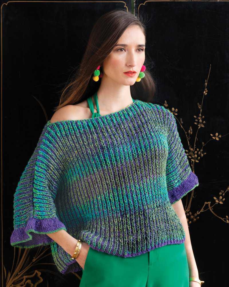 T-Shirt gestrickt im Brioche von Valentina Devine aus dem Garn Noro Geshi #04 in Grüntönen mit lila Sonata. Foto: Noro Knitting Magazin - Noromaniac
