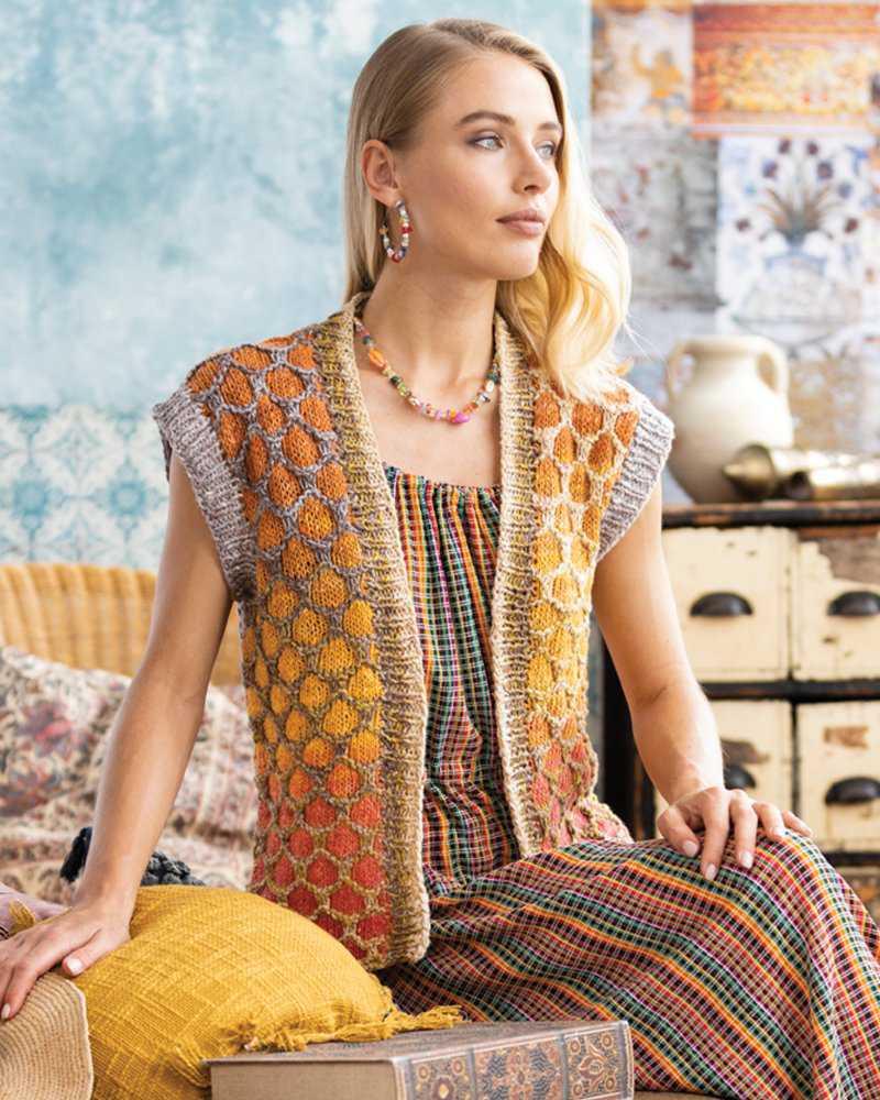 Gestrickte Honeycomb Vest von Laura Zukaite aus den Farben #02 und #08 der Noro Geshi. Foto: Noro Knitting Magazin - Norommaniac