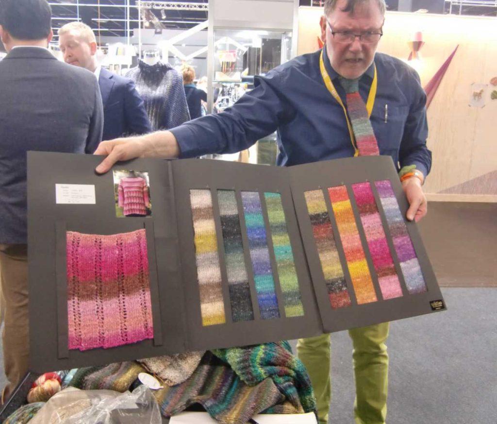 Herbert Schweinsberger (Vertrieb Knittingfever) beim Vorstellen der den ersten Farbrapporten des Garns Noro Geshi aus der h+h 2019 in Köln. Foto: Katrin Walter - Noromaniac