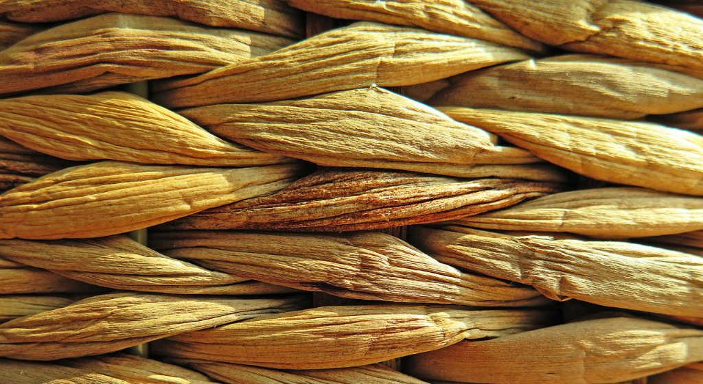 Bastgeflecht. Früher wurden Strandkörbe noch aus aus Naturmaterial gemacht. Illustration zum Beitrag Weste/Top aus Norogarn Taiyo Sport 6 von Noromaniac. Foto: Pixabay