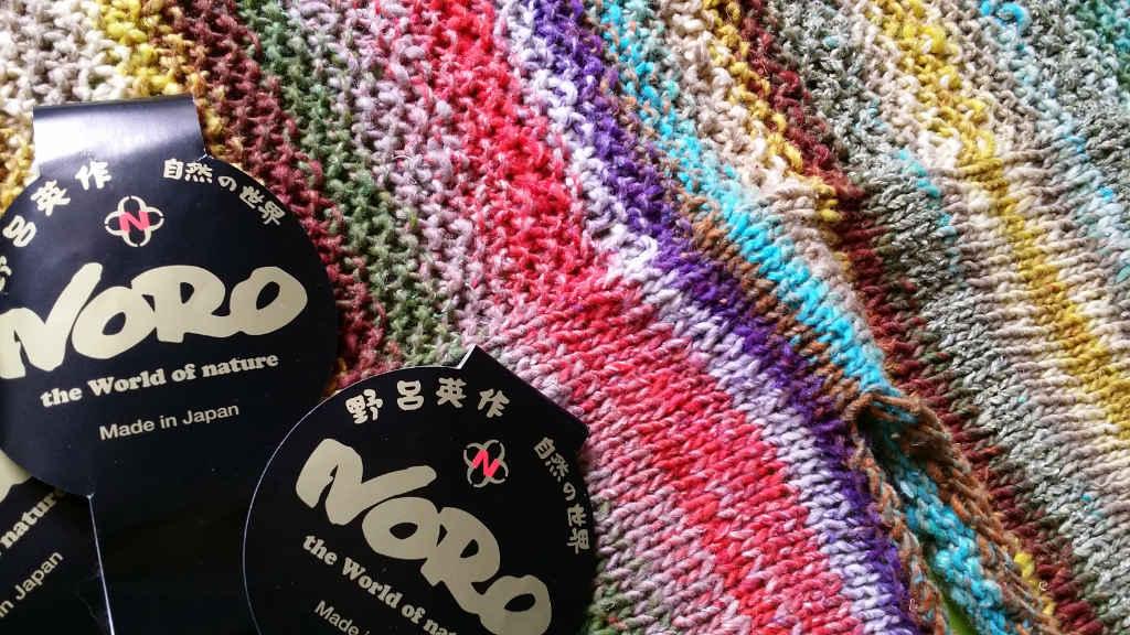 Norogarn Taiyo Sport 6 mit seinen tollen Farben von Nahem vor dem Spannen. Top/Weste von Noromaniac. Foto: Katrin Walter