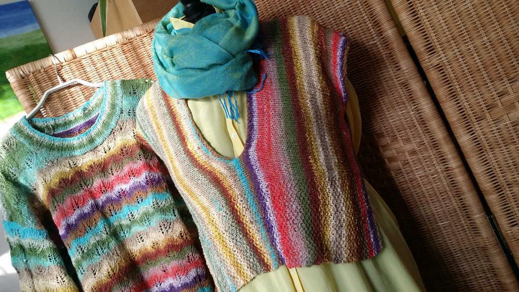 Der Pullover aus Noro Taiyo Sport 6 links und das Top rechts daneben, beides von Noromaniac. Foto: Katrin Walter
