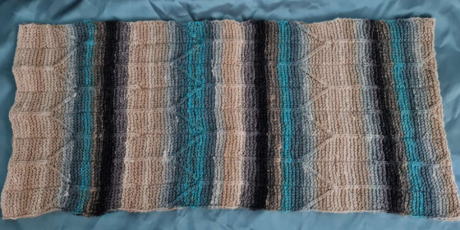 """The color repeat of the yarn Noro Shiro Color #2 with beige, gray, black and turquoise """"live"""" in the knitted scarf. Photo: Katrin Walter - Noromaniac"""