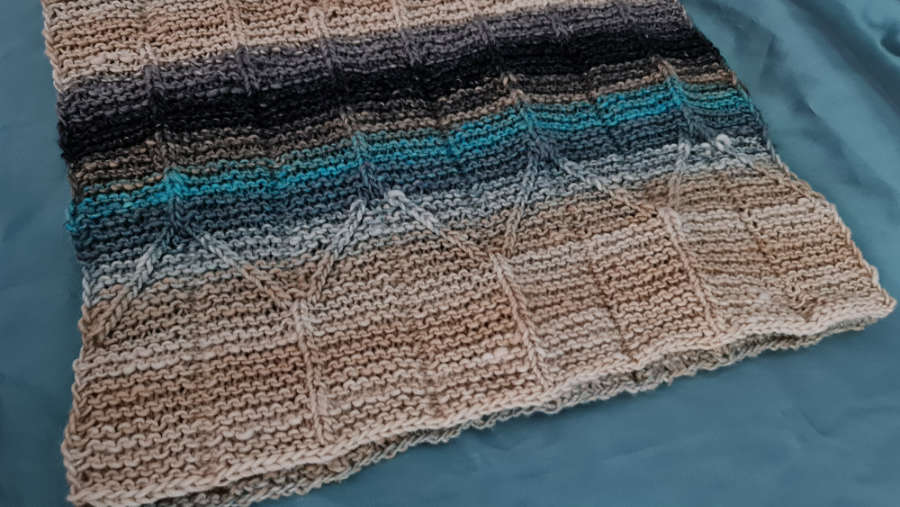 The construction of the knitted design is easy to see, the straight stitches knitted on the curly right and slanted to the right and left, mimicking the fold of origami paper. Photo: Katrin Walter - Noromaniac