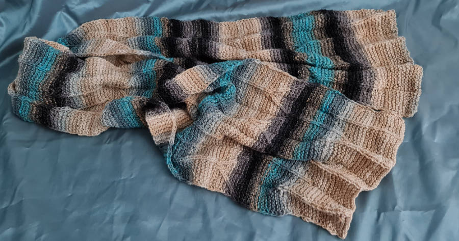 The Origami Shawl can also replace a small blanket. The Noro Shiro of wool, cashmere and silk is wonderfully soft and warming you can also just throw over your feet. Here in beige, black, gray and turquoise. Photo: Katrin Walter - Noromaniac. Origami Shawl Design: Margie Kieper