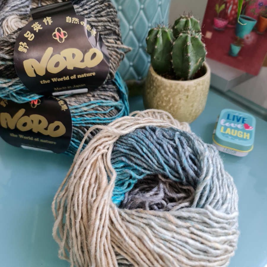 The yarn Noro Shiro color #2 with beige, gray, black and turquoise in the ball. Photo: Katrin Walter - Noromaniac
