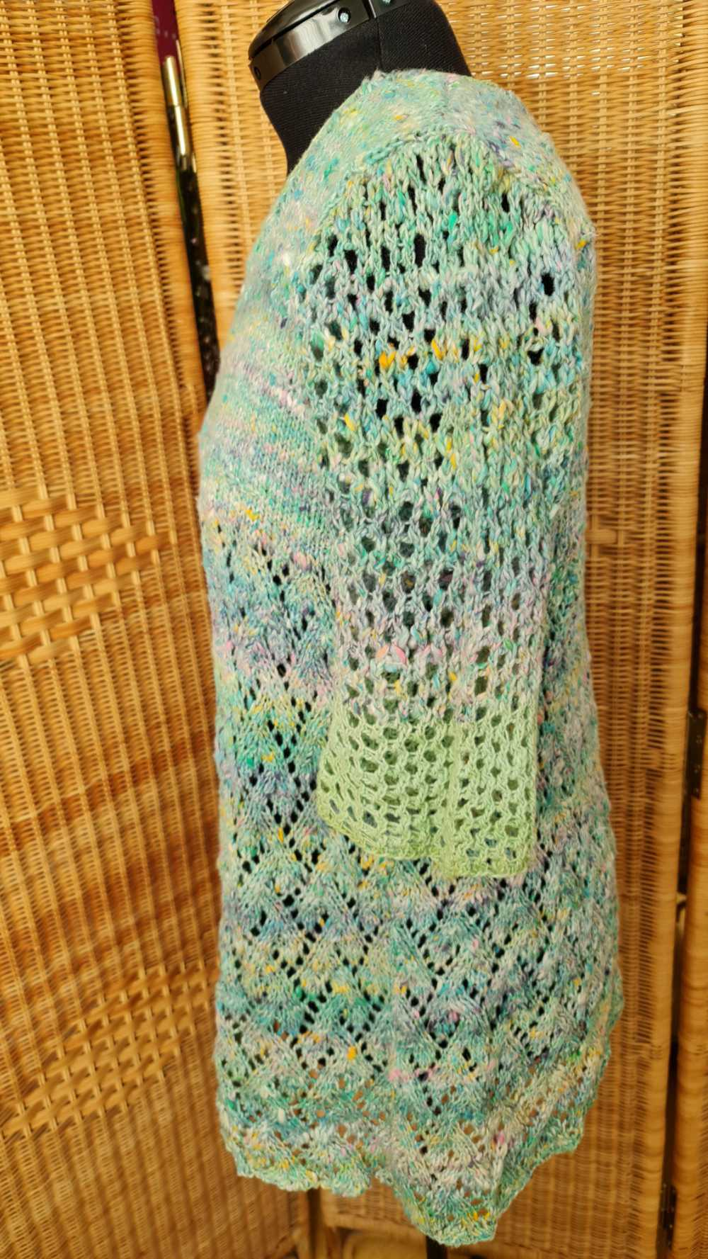 Seitenansicht vom Pulli aus Noro Kakigori #13 Farbe Fukuyama und Noro Sonata # #26 Farbe Jade auf der Schneiderpuppe in seiner vollen Pracht. Foto und Design: Katrin Walter – Noromaniac