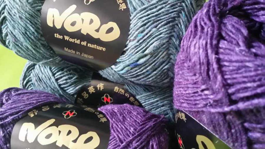 Die Hauptfarben für das Strickkleid: Noro Silk Garden Sock solo #60 (Graublau) und #28 (Lila). Foto: Noromaniac - Katrin Walter