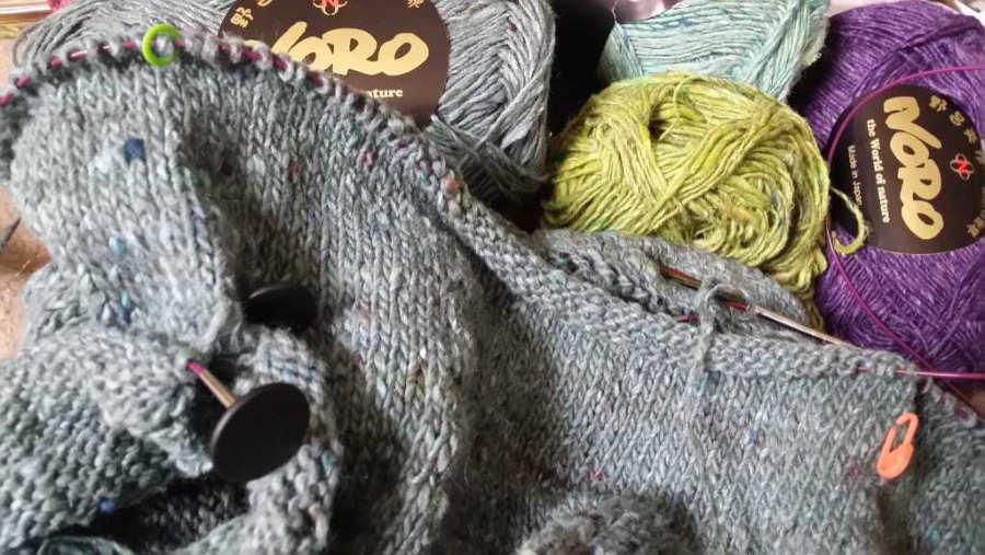 RVO - Stricken von oben nach unten mit dem Garn Noro Silk Garden Sock solo in den Farben #60, #33, #31 und #28. Foto: Noromaniac - Katrin Walter