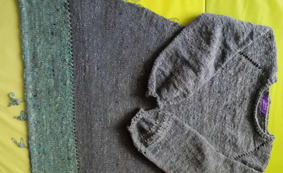 Das Kleid gestrickt als RVO hier noch ohne Blumen. Garn: Noro Silk Garden Sock solo #60 (Graublau) und #31 (Mint). Foto und Design: Katrin Walter - Noromaniac