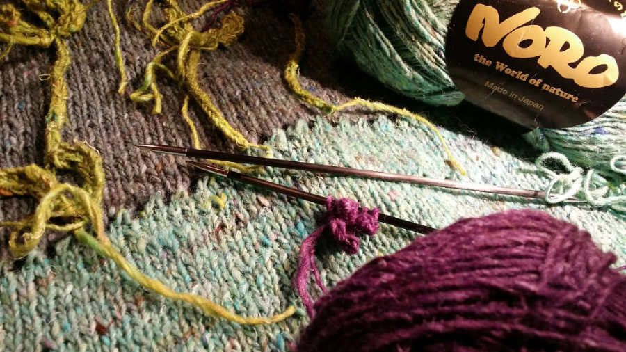 Vor dem Aufnähen werden die Lavendelblüten extra gestrickt mit zwei Nadeln eines Nadelspiels. Garn: Noro Silk Garden Sock solo. Foto: Noromaniac - Katrin Walter