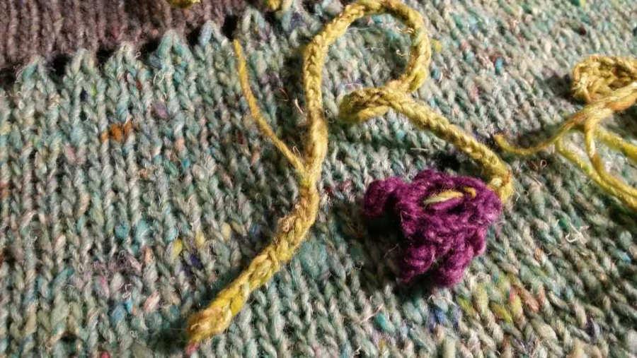 Der Stiel der Blüten besteht aus einem kleinen I-Cord. Garn: Noro Silk Garden Sock solo. Foto und Design: Katrin Walter - Noromaniac