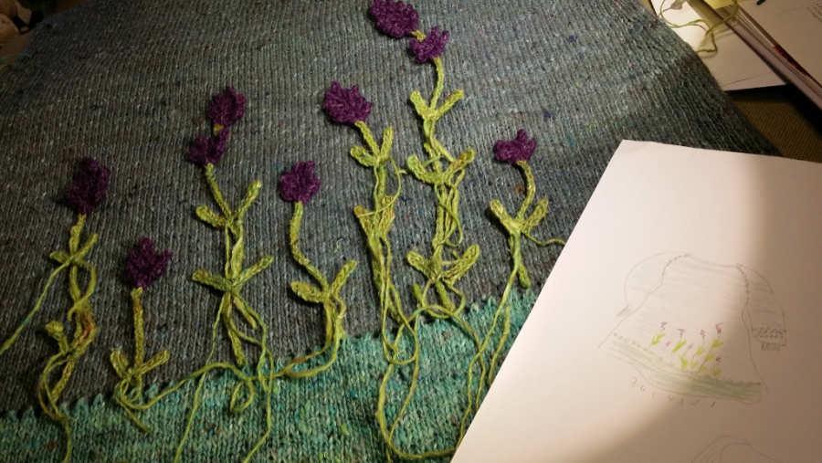 Nach dem Stricken der Blüten und Stiele und dem Häkeln der Blätter wurde der Lavendel zum Annähen in Form gelegt. . Garn: Noro Silk Garden Sock solo. Foto und Design: Katrin Walter - Noromaniac