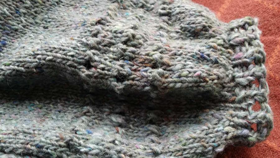 """Das dezente Lochmuster am linken Ärmel und Bündchenabschluss greift die Raglanlinie des RVO hier noch einmal auf. Garn: Noro Silk Garden Sock solo #60 """"Abiko"""". Foto und Design: Katrin Walter - Noromaniac"""
