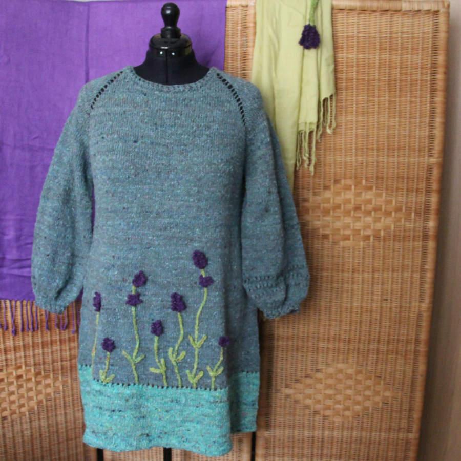 Raglan von oben ( RVO ) als Strickkleid mit Lavendelblüten als Hingucker aus vier Farben der Noro Silk Garden Sock solo mit der Hauptfarbe #60, einem Graublau. Foto: Noromaniac - Katrin Walter