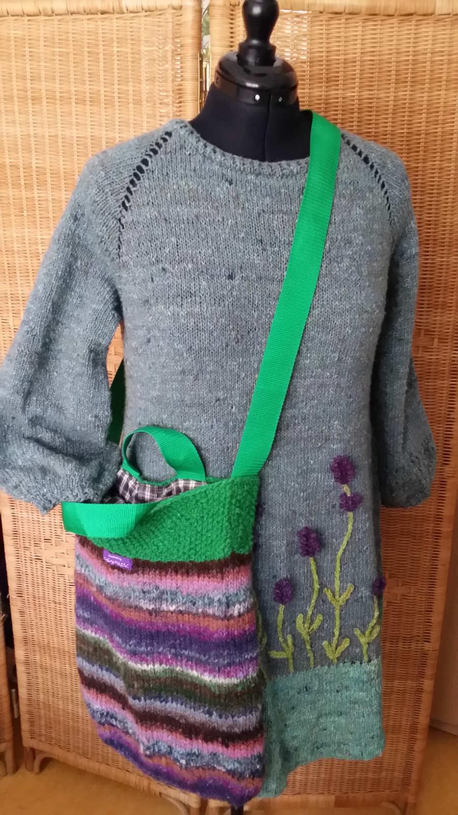 RVO Strickkleid Lavendel aus Noro Silk Garden Sock solo, hier mit gestrickter Tasche aus Noro Bachi und Noro Silk Garden Light solo. Foto: Noromaniac - Katrin Walter