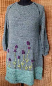 Das RVO Strickkleid Lavendel aus Noro Silk Garden Sock solo aus den Farben 60, 33, 31 und 28. Foto: Noromaniac - Katrin Walter