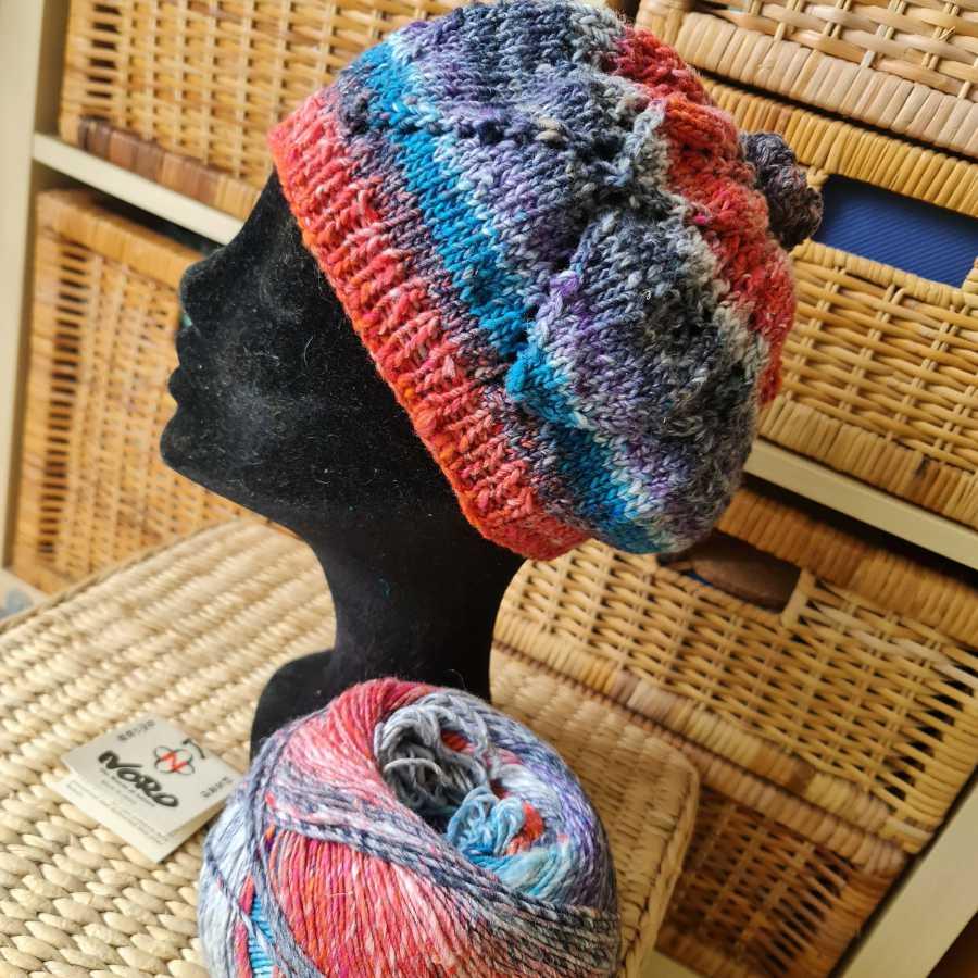 Seitenansicht der leichten Baskenmütze aus Norogarn, der Roxy Hat von Noromaniac mit einem Blatt-Lace-Muster. Foto: Katrin Walter