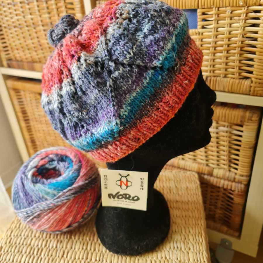 Baskenmütze Roxy Hat von Noromaniac mit Lace-Muster aus Norogarn Farbe #5 Fukuoka. Foto: Katrin Walter