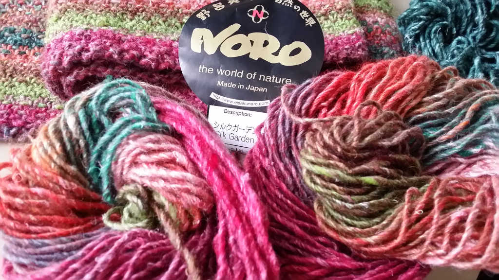 Die lieblichen Farben der Noro Silk Garden 265 im Knäuel und im Hintergrund schon der Schal von Noromaniac.Foto: Katrin Walter