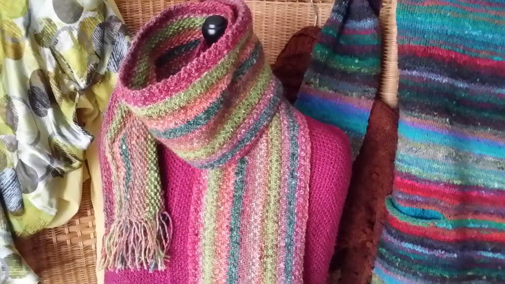 Schal in fester Struktur im Linenstitch aus Noro Silk Garden 265, rechts im Hintergrund ein Pullover aus Noro Ito. Foto: Katrin Walter, Noromaniac