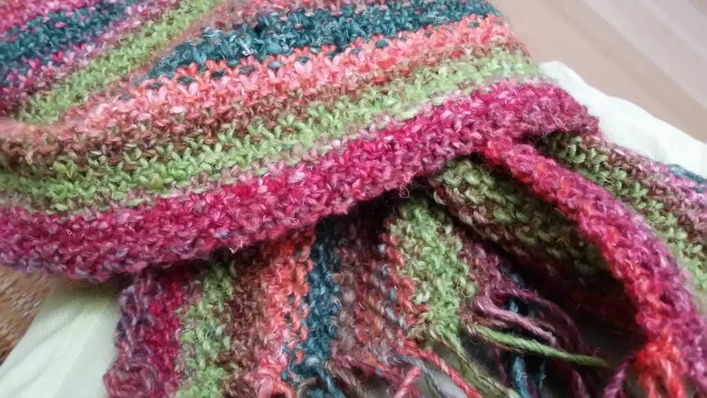Nahaufnahme des Schals im Linen Stitch aus Noro Silk Garden 265 und Noro Silk Garden Solo 33 und 48. Foto: Katrin Walter, Noromaniac